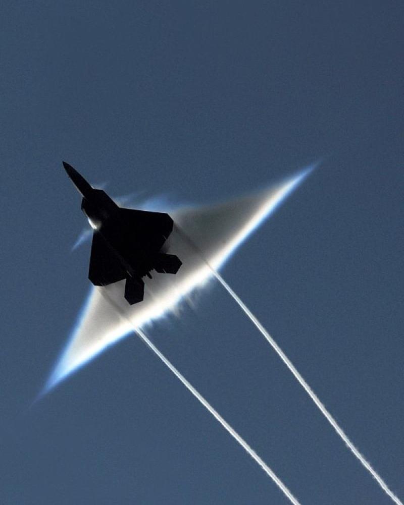 Triangle dans le ciel 02-F22-mach-01